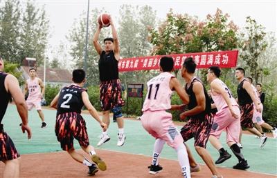 篮球场上,农民展风采
